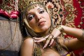 Swarty bela jovem princesa com jóias originais e de uma só vez — Fotografia Stock