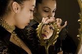 反映了与从黄金稀有帧镜中的女孩 — 图库照片