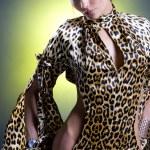 piękna kobieta Lampart sukienka z otwarty przez talia i biodra — Zdjęcie stockowe