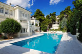 Luxury villa with swimming pool — Stock Photo