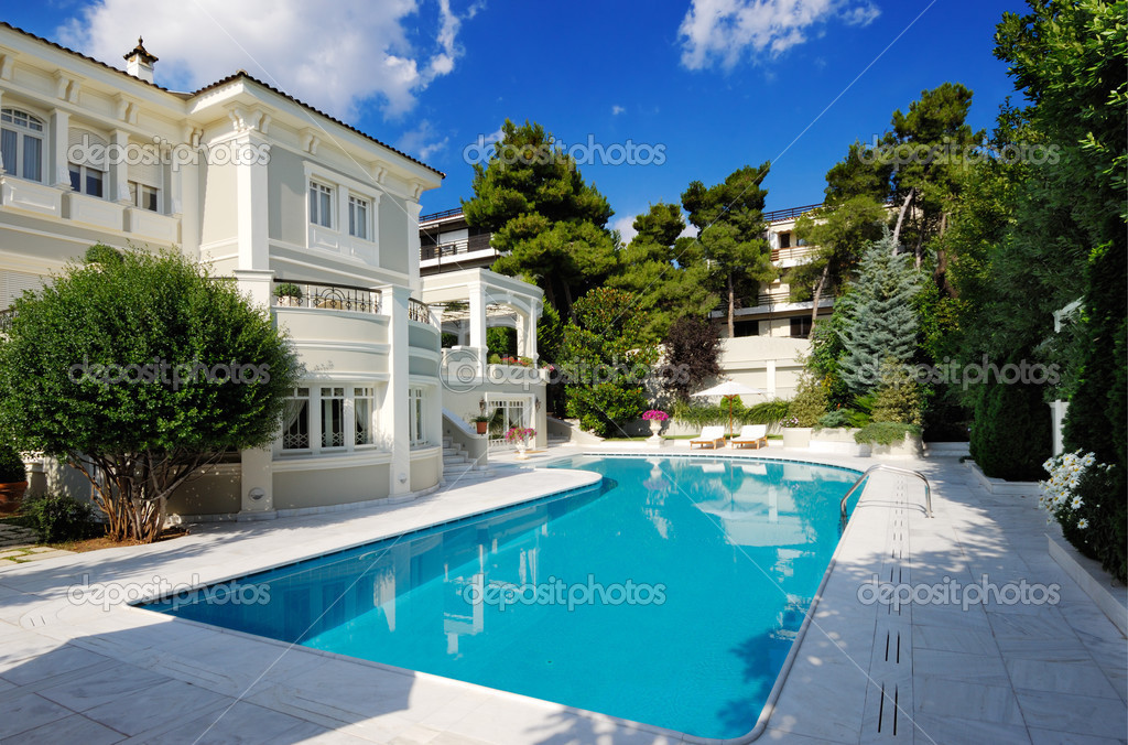 Picture of a luxury villa with swimming pool  — Foto Stock #3403900