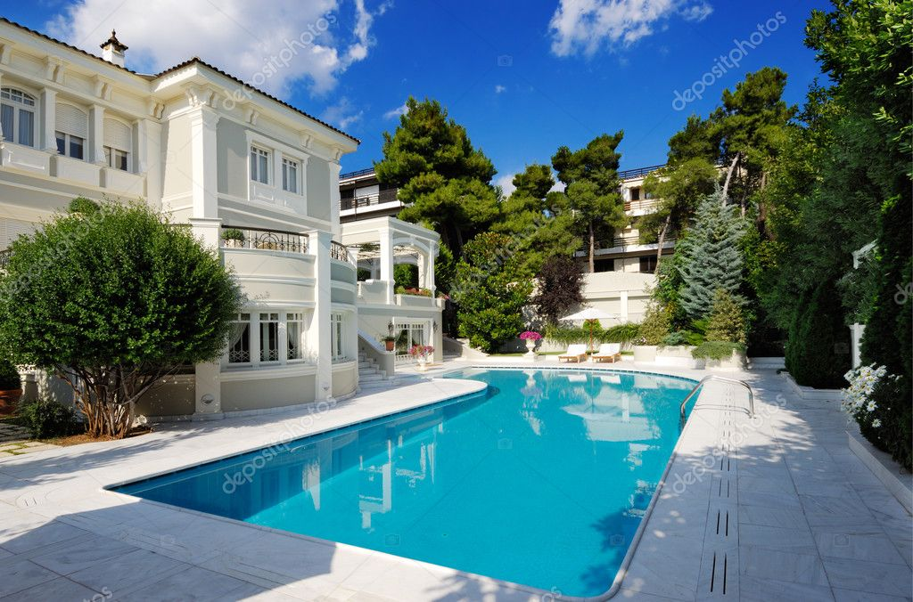 Picture of a luxury villa with swimming pool  — Stok fotoğraf #3403900