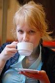 Dívka nápoje — Stock fotografie