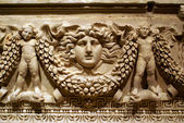Sculptures on sarcophagus — Stock Photo