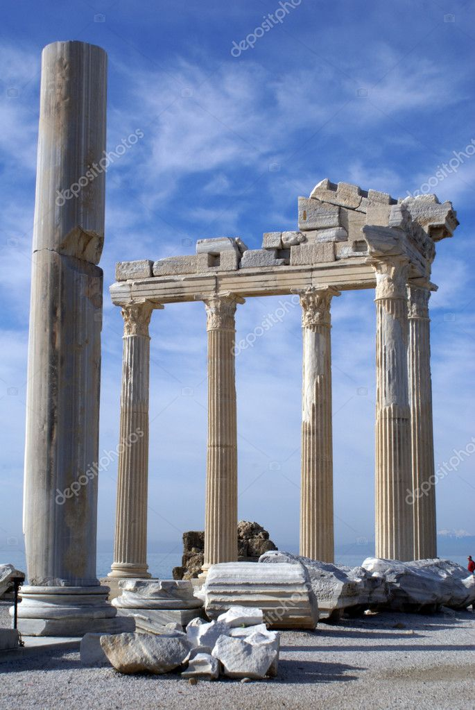 Big column and ruins of Athenatemple in Side, Turkey            — Stock Photo #3586371