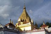 храм с золотая ступа — Стоковое фото
