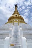 Stupa branco com escada — Fotografia Stock