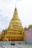 Golden stupa and pink wall — Stock Photo