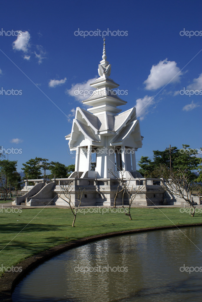 白塔和池塘,泰国 — 照片作者