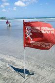 Bandeira vermelha na praia — Fotografia Stock