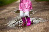 Girl in a puddle — Stockfoto