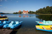 Waterfietsen en boten in trakai — Stockfoto