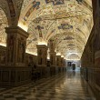A view into one of the many beautiful rooms in the Vatican museu — Stock Photo