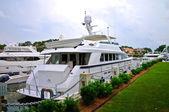 Grand yacht à quai — Photo