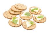 Weizen-Cracker mit Käse isoliert auf weißem Hintergrund — Stockfoto