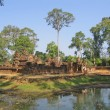 Cambodia, Buddhist temple about a reservoir. - 图库照片