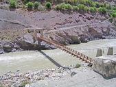 Bron genom floden ind, i bergen i ladakh, indien. — Stockfoto