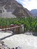 Il ponticello attraverso il fiume ind, nelle montagne del ladakh, india. — Foto Stock