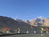 Ladakh, india, capital leh, una protección con etiquetas contra montañas. — Foto de Stock
