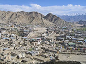 Ladakh, índia, um tipo na capital leh e montanhas ao seu redor. — Foto Stock