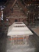 Sochy v interiéru dřevěný chrám buddhistické pravda — Stock fotografie