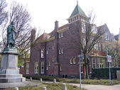 The Netherlands, the house and monument in the city of Leiden — Stock Photo