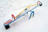 Oscilación de los niños en invierno — Foto de Stock