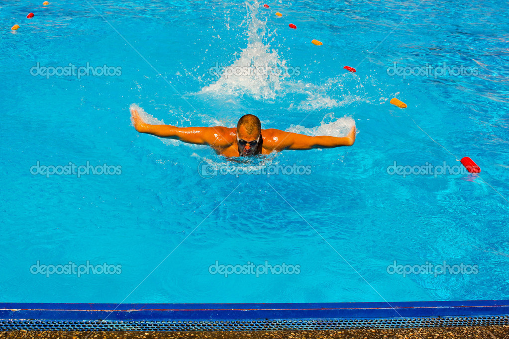 Young athletic man working out swimming in pool — Stock Photo #3651514