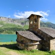 Lake and chapel — Stockfoto