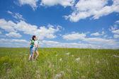 Coppia di innamorati sognanti su estate campo abbracciando — Foto Stock
