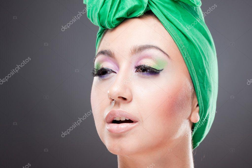 romntica chica pinup con pauelo verde en la cabeza y maquillaje brillante u fotos