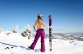 Weibliche skifahrer oben ohne mit einem ski stehen auf der ferse eine zurück — Stockfoto