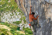 Rock climber moving up the rock — Stock Photo