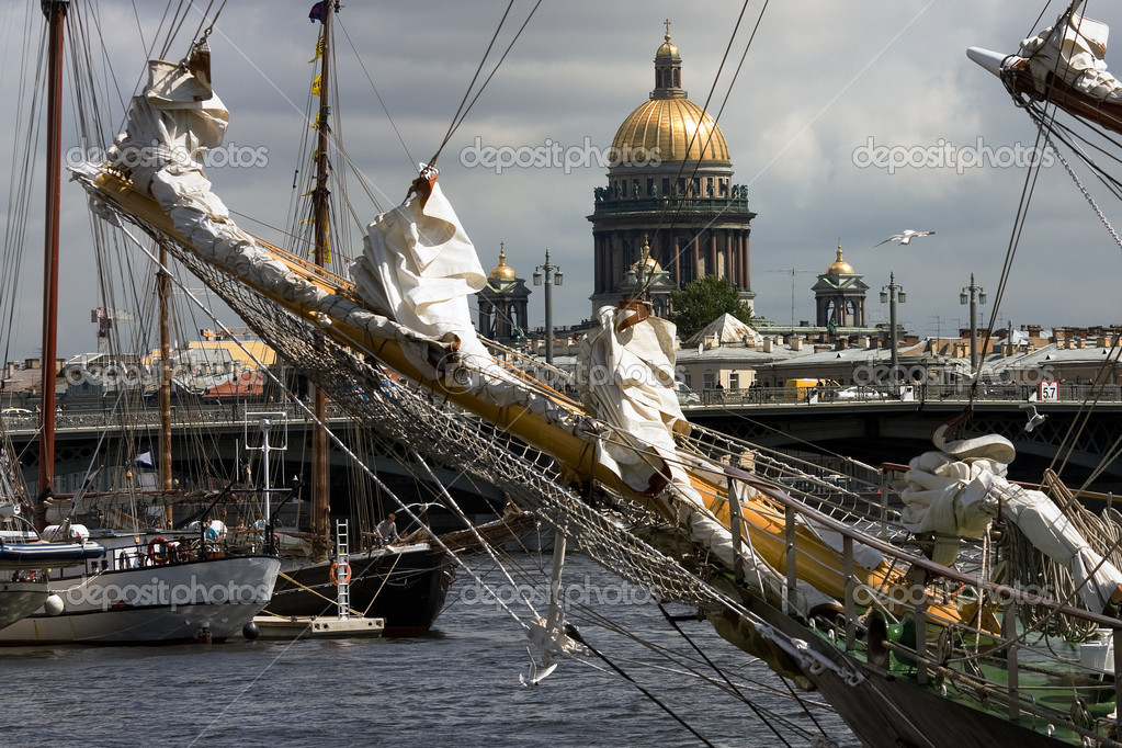 Ships at Neva river with St.Isaak cathedral, St.Petersburg, Russia — Foto Stock #3516051