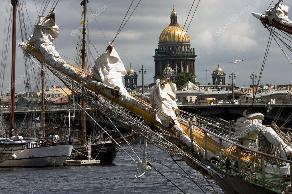 Ships at Neva river with St.Isaak cathedral, St.Petersburg, Russia — Stok fotoğraf #3516051