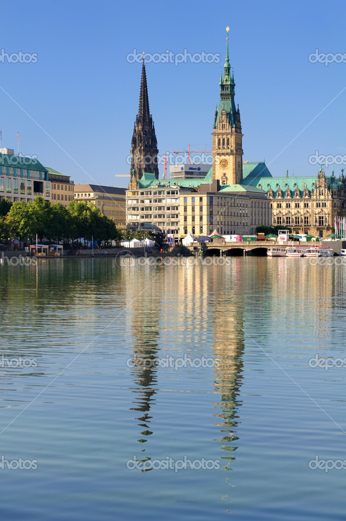 The town hall and Nikolai-Church in the city of Hamburg — Stock Photo #3672997