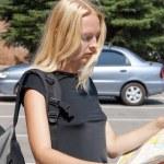 Девушка путешественник с картой города — Стоковое фото