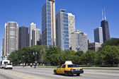 Yellow taxi in downtown Chicago — Foto Stock