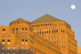 Moon over Merchandise Mart — Stock Photo