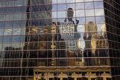 Centro de la ciudad edificios reflejadas. — Foto de Stock