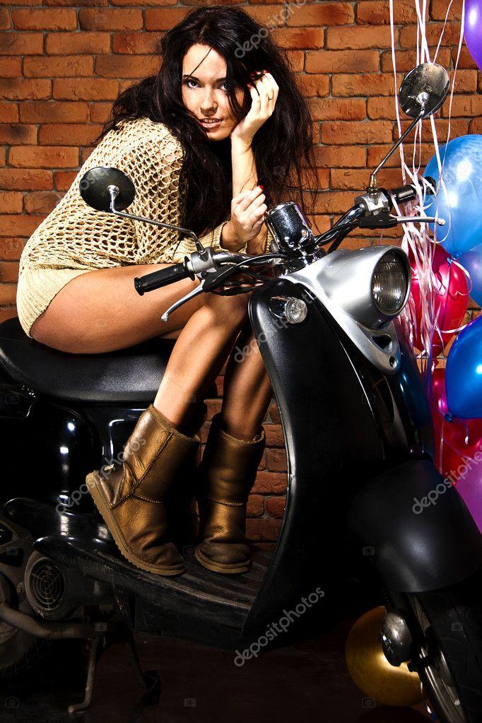 jolie jeune fille assis sur le scooter r tro photographie iraterekh 3597836. Black Bedroom Furniture Sets. Home Design Ideas