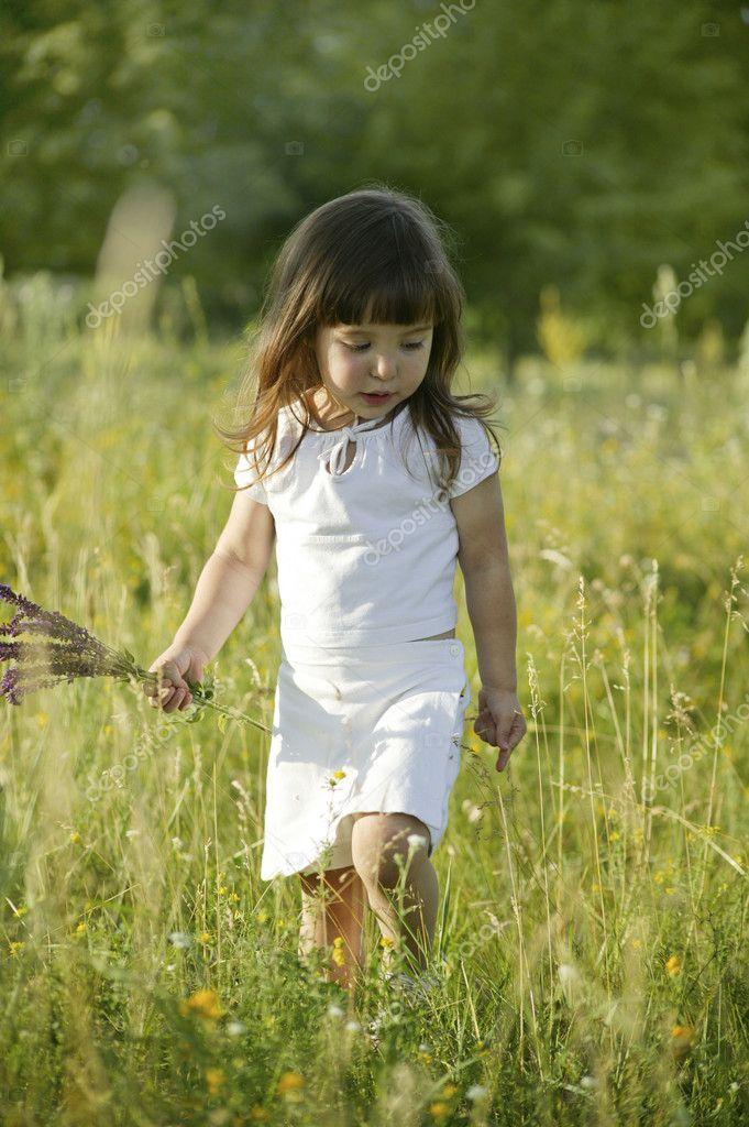 小女孩手捧花