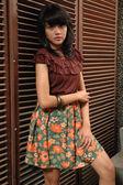 Adolescente porter tissu vintage — Photo