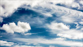 Summer clouds in the bright blue sky — Стоковое фото