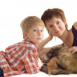 Mother and son with cat and kitten — ストック写真