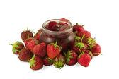 Fraise avec confiture de fraises isolé sur blanc — Photo