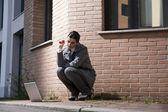 Femme d'affaires jeune avec une cigarette et portables, à l'extérieur — Photo