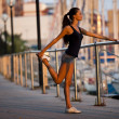 Foto Stock: Stretching before jogging