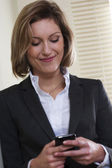 Texto de empresária de mensagens no telemóvel — Fotografia Stock