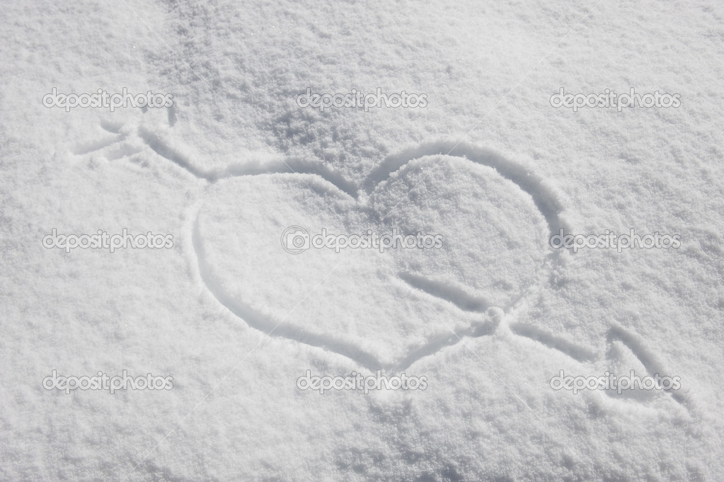 Symbol of the heart with Cupid's arrow on the fresh snow — Stock Photo #4086008
